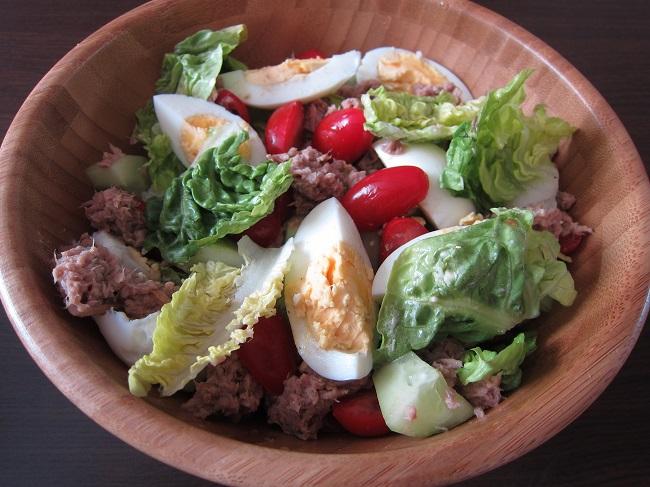 Zeleninový salát s tuňákem a vajíčkem